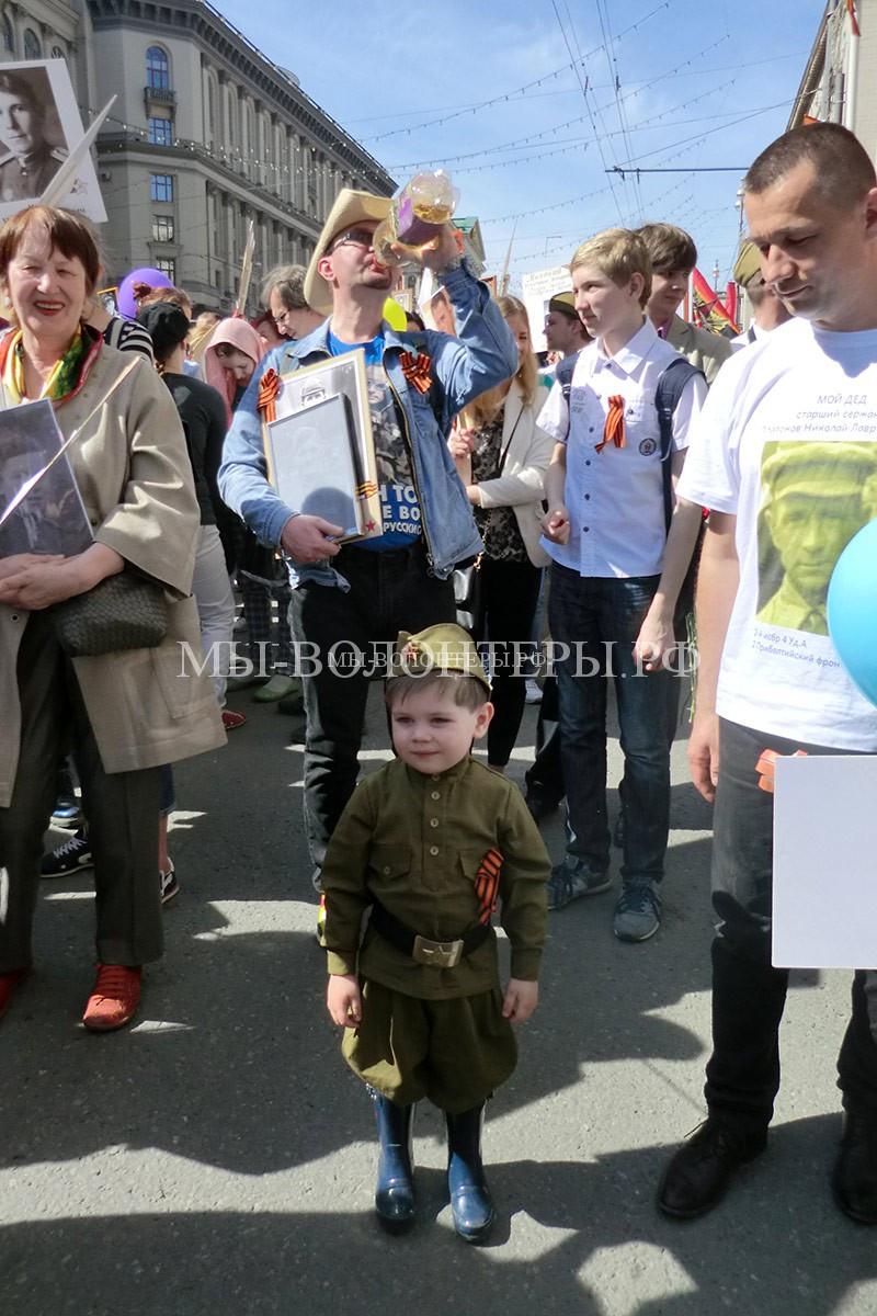 Маленький участник шествия Бессмертный Полк, Москва 09 Мая 2015