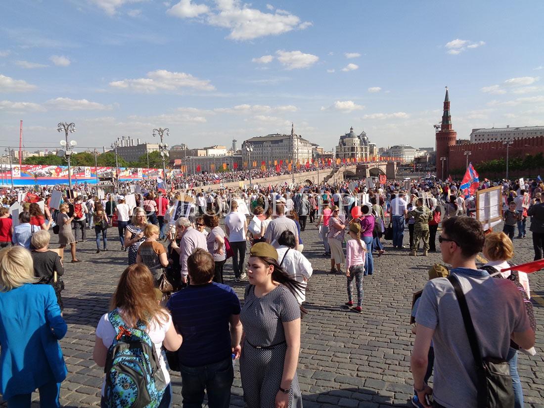 Бессмертный-Полк-2016-конец-шествия-людская-река-к-метро-третьяковская