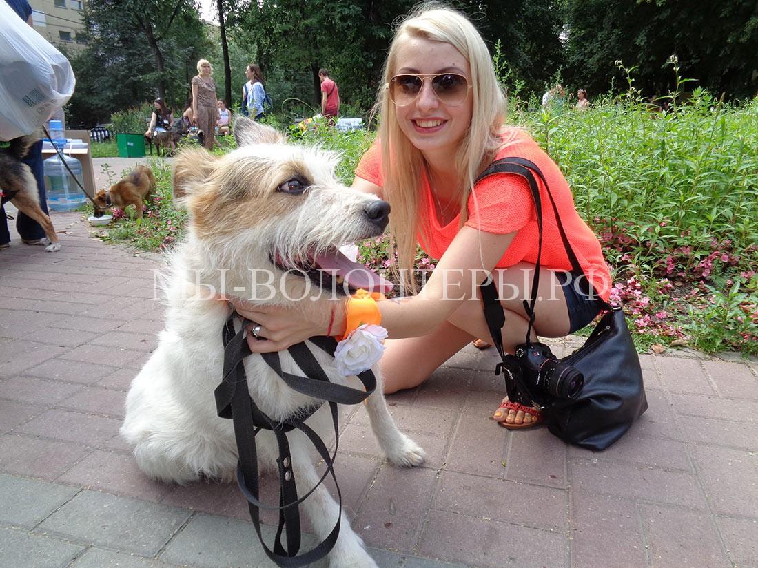 мария-трофимова-с-норой-подопечной-собакой-из-приюта-щербинка-1