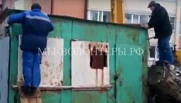 Волонтеры с помощью подъемного крана вызволили щенков, забившихся под гараж
